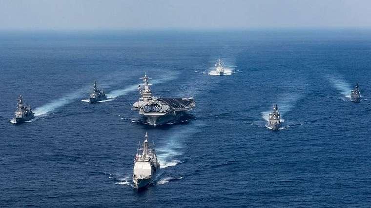 Carl Vinson (tengah) dipandu oleh berbagai kapal perang lainnya.