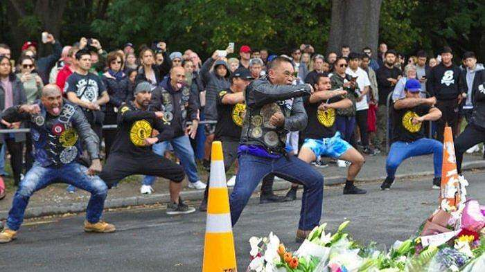 Anggota geng motor asal Selandia Baru, Black Power, melakukan Haka untuk menghormati para muslim yang terbunuh di tragedi penembakan Christchurch oleh seorang pria Australia bernama Brenton Tarrant.