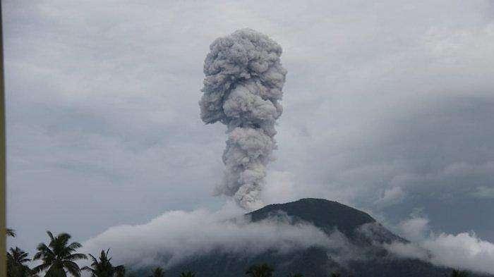 Gunung Ibu di Halmahera meletus