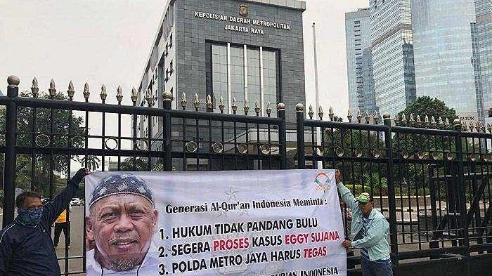 Puluhan orang yang tergabung dalam Generasi Al-Qur'an Indonesia tampak berunjuk rasa di depan Polda Metro Jaya, Jl Jenderal Sudirman, Jakarta Selatan, Rabu (15/5/2019)