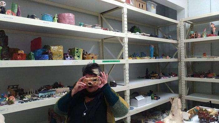 Manajer Eksekutif Arts Project Australia Sue Roff menunjukkan karya seniman