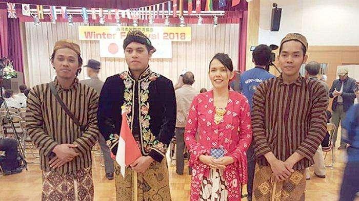 Mariyae Satouw (pakaian merah) bersama para artis dari Indonesia.