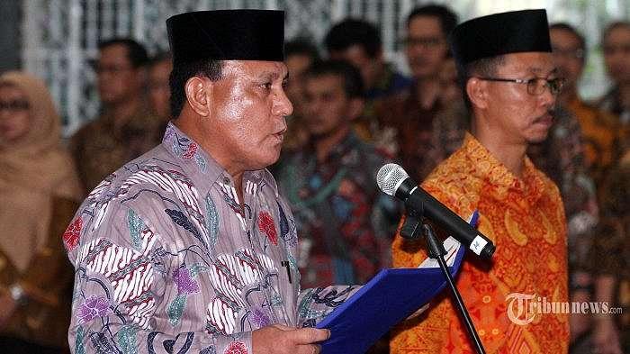 Pejabat baru Deputi Penindakan KPK Brigjen Pol Firli (kiri), dan pejabat baru Direktur Penuntutan Supardi (kanan) saat menjalani pelantikan di Gedung KPK, Jakarta, Jumat (6/4/2018). Brigjen Pol Firli resmi menjabat Deputi Penindakan KPK menggantikan Komjen Pol Heru Winarko yang diangkat menjadi Kepala BNN. TRIBUNNEW/IRWAN RISMAWAN