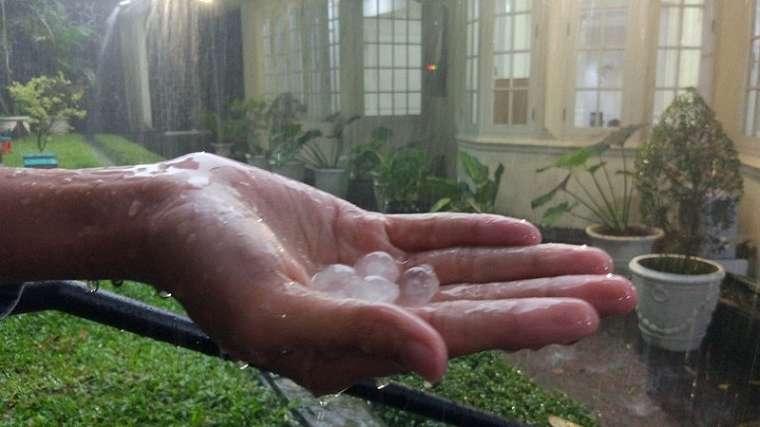 Penampakan hujan es di Jakarta