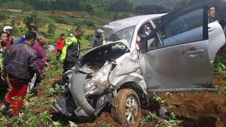 Avanza ringsek akibat kecelakaan maut di Ciloto Puncak