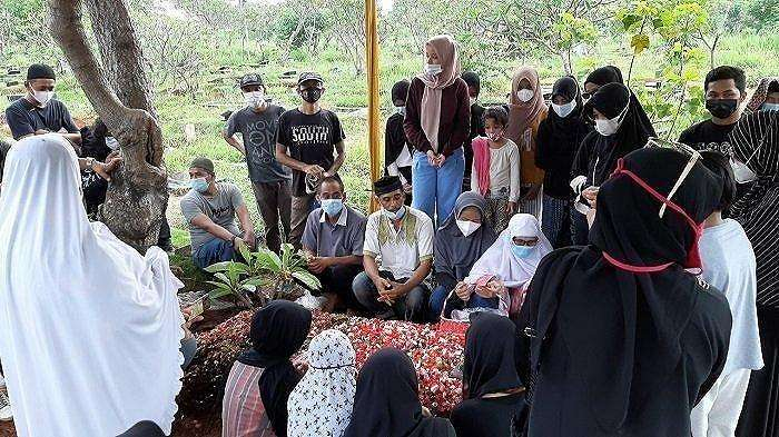 Pemakaman jenazah Sapri Pantun di TPU Ulujami, Pesanggrahan, Jakarta Selatan, Selasa (11/5/2021).