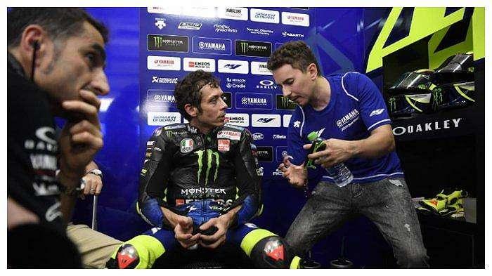 Pembalap Monster Energy Yamaha, Valentino Rossi (kiri), mendengarkan saran dari Jorge Lorenzo saat tes pramusim MotoGP 2020 di Sirkuit Sepang, Malaysia, 8 Februari 2020.