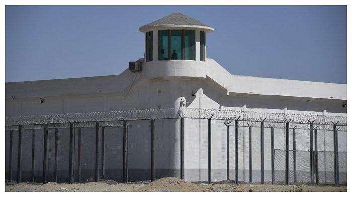 Foto yang diambil pada 31 Mei 2019 ini memperlihatkan sebuah menara kawal di fasilitas berkeamanan tinggi dekat tempat yang dipercaya sebagai kamp re-edukasi yang menahan minoritas Uighur. Fasilitas ini berada di pinggiran Hotan, Xinjiang barat laut, China.
