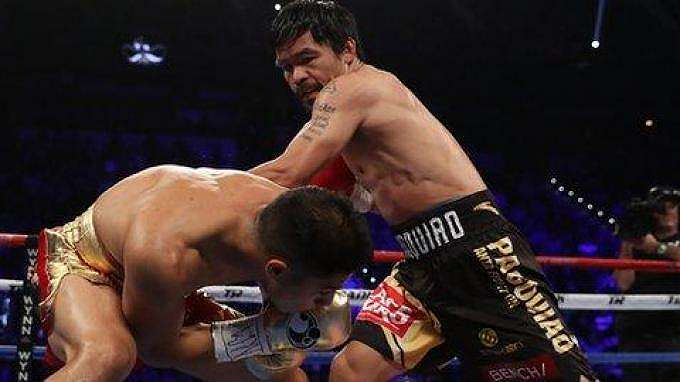 Petinju Filipina, Manny Pacquiao (kanan) berusaha mendaratkan pukulan ke lawannya, Jessie Vargas.
