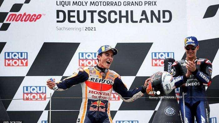 Pemenang Honda pembalap Spanyol Marc Marquez (kiri) disambut oleh pebalap Yamaha Prancis peringkat ketiga Fabio Quartararo (kanan) saat ia merayakan di podium setelah Grand Prix MotoGP Jerman di sirkuit balap Sachsenring di Hohenstein-Ernstthal dekat Chemnitz, Jerman timur, pada 20 Juni 2021.