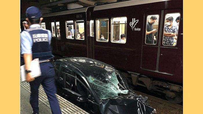 Mobil hitam yang rusak berat terseret masuk ke dalam stasiun kereta api Hankyo Okamoto Osaka 15 September 2021 malam hari.