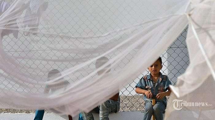Ilustrasi. Anak laki-laki Yaman bermain di dekat kelambu pada April 12 2015 pada fasilitas asrama yang dijalankan oleh Komisi Tinggi PBB untuk Pengungsi di Obock, sebuah pelabuhan kecil di Djibouti di pantai utara Teluk Tadjoura. PBB mengatakan sedikitnya 900 orang telah tiba di Tanduk Afrika dalam 10 hari terakhir, termasuk 344 warga Yaman yang mencari perlindungan di Djibouti dari serangan udara yang dipimpin  Arab Saudi ke posisi pemberontak Houthi di Yaman selatan. AFP PHOTO / TONY KARUMBA