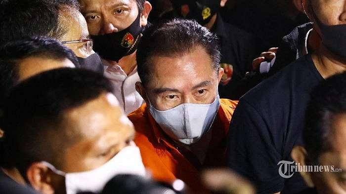 Buronan kasus korupsi pengalihan hak tagih (cessie) Bank Bali Joko Soegiarto Tjandra alias Djoko Tjandra tiba di Bandara Halim Perdana Kusuma, Jakarta, Kamis (30/7/2020) malam. Bareskrim Polri berhasil menangkap Djoko Tjandra di Kuala Lumpur, Malaysia. TRIBUNNEWS/IRWAN RISMAWAN