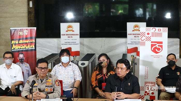 Kadivhumas Polri, Irjen Pol Argo Yuwono (kedua kiri) bersama Dirtipidum Bareskrim Polri, Brigjen Pol Ferdy Sambo (kedua kanan) memberikan keterangan terkait kebakaran Gedung Kejaksaan Agung di Bareskrim Polri, Jakarta Selatan, Jumat (23/10/2020). Bareskrim Polri menetapkan delapan tersangka terkait kebakaran Gedung Kejaksaan Agung yang terdiri dari satu pegawai Kejaksaan Agung, seorang direktur perusahaan swasta, seorang mandor bangunan, dan lima tukang bangunan yang disebabkan olek rokok yang dibakar oleh tukang bangunan. Tribunnews/Irwan Rismawan