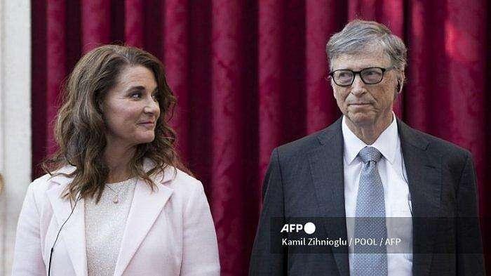 Co-founder Microsoft Bill Gates dan Melinda Gates berpose sebelum menerima gelar Commander of the Legion of Honor di Elysee Palace di Paris pada 21 April 2017.