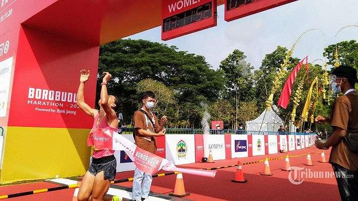 Pelari wanita Pretty Sihite (24) asal Tapanuli Utara menjadi juara pertama dengan waktu 3 jam 11 menit pada ajang perlombaan lari Borobudur Marathon 2020 Powered by Bank Jateng di kawasan Taman Lumbini, Candi Borobudur, Minggu (15/11/2020). Sebanyak 26 runners nasional kategori elite rice yang terdiri dari 17 putra dan 9 putri berhasil menuntaskan 12 putaran sepanjang 42,195 KM. (TRIBUNJATENG/SAIFUL MA'SUM)