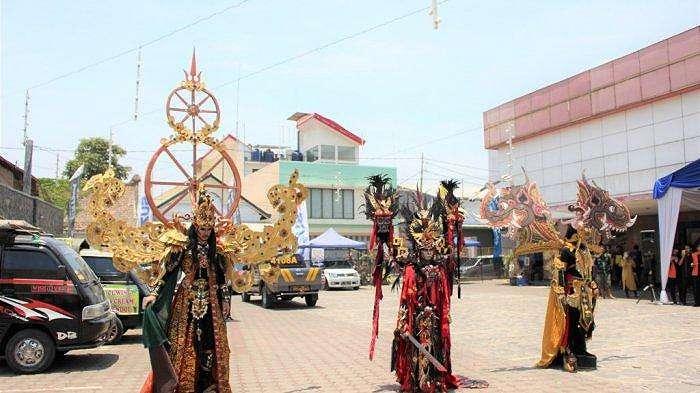 Penampilan penari tradisional dari Cirebon Carnival di event 'Pekan Raya Suzuki New Carry 2019', Sabtu 19 Oktober 2019, di Kota Cirebon.