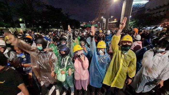 Polisi Thailand menyemprotkan water cannon (meriam air) kepada para pengunjuk rasa damai pro-demokrasi di Bangkok pada (Jumat (16/10/2020).