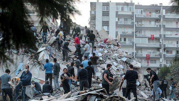 Relawan membersihkan puing-puing saat mereka mencari korban di gedung yang runtuh setelah gempa bumi yang kuat melanda Turki pada 30 Oktober 2020
