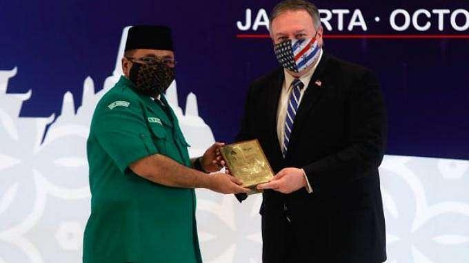 Ketua Umum PP GP Ansor Yaqut Cholil Qoumas menyerahkan plakat kepada Menlu AS Mike Pompeo usai forum dialog yang digelar di Hotel Four Seasson, Jakarta, Kamis (29/10/2020)