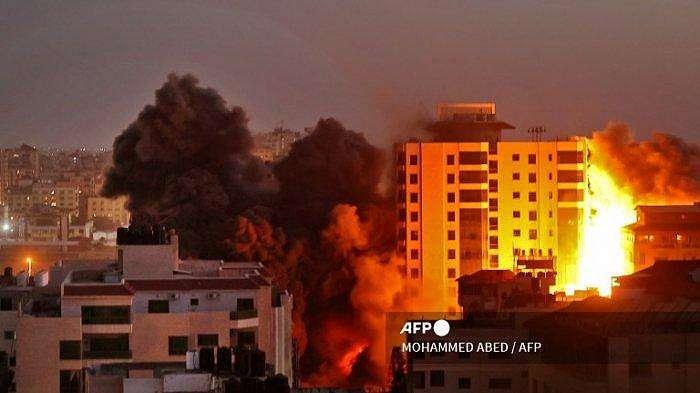 Asap mengepul dari serangan udara Israel di kompleks Hanadi di Kota Gaza, yang dikendalikan oleh gerakan Hamas Palestina, pada 11 Mei 2021.