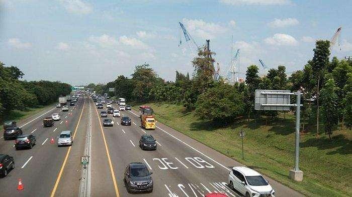 Hari kedua libur panjang, Rabu (29/10/2020) tol Jakarta-Cikampek terpantau padat.(KOMPAS.COM/FARIDA)