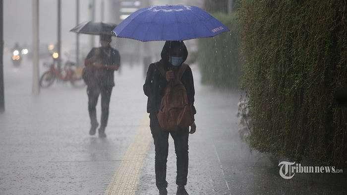 Warga berjalan menggunakan payung saat hujan deras yang mengguyur Kawasan Bundaran HI, Jakarta Pusat, Senin (19/10/2020). BMKG memprediksi bahwa Jakarta mulai masuk musim penghujan, waspada potensi petir/kilat. (Warta Kota/Angga Bhagya Nugraha)