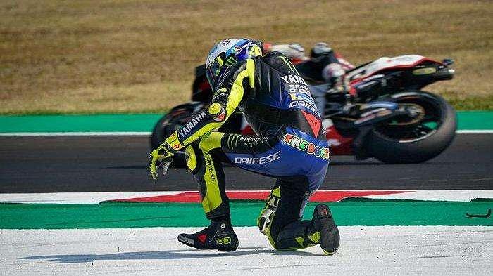Pebalap Monster Energy Yamaha, Valentino Rossi, terjatuh pada balapan MotoGP Emilia Romagna yang berlangsung di Sirkuit Misano, Italia, Minggu (20/9/2020).