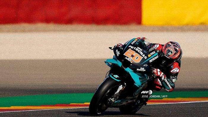 Pembalap Prancis Petronas Yamaha SRT Fabio Quartararo mengendarai selama sesi latihan bebas MotoGP ketiga dari Moto Grand Prix of Aragon di sirkuit Motorland di Alcaniz pada 17 Oktober 2020. JOSE JORDAN / AFP