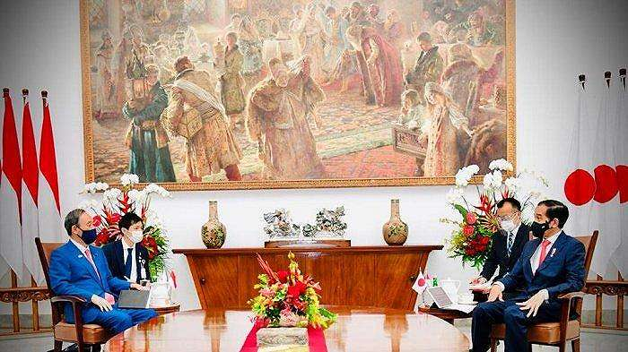 Presiden Joko Widodo berbincang dengan Perdana Menteri (PM) Jepang Yoshihide Suga di Istana Kepresidenan Bogor, Jawa Barat, pada Selasa, (20/10/2020).