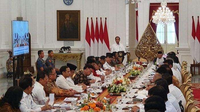 Presiden Joko Widodo mengingatkan kepada jajarannya tak ada visi misi menteri, yang ada hanya visi misi presiden dan wakil presiden. Hal itu disampaikan Jokowi saat membuka rapat kabinet paripurna di Istana Merdeka, Jakarta, Kamis (24/10/2019). Ini adalah rapat pertama yang digelar di era Jokowi-Maruf.