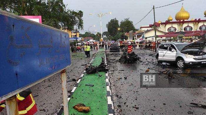 KECELAKAAN MAUT: Sebuah mobil meledak terbelah menjadi dua, diduga karena petasan. (Source: Nik Abdullah Nik Omar // Berita Harian)