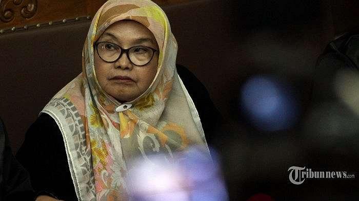 Mantan Menteri Kesehatan yang merupakan terpidana kasus suap alat kesehatan tahun 2005 Siti Fadilah Supari menjalani sidang perdana Peninjauan Kembali (PK) kasus pengadaan alat kesehatan di Pengadilan Tipikor, Jakarta, Kamis (31/5/2018). PK ini diajukan oleh Siti Fadilah untuk mencari keadilan yang sebelumnya di pengadilan tingkat pertama, majelis hakim Pengadilan Tipikor Jakarta menghukum Siti dengan pidana penjara empat tahun, denda Rp 200 juta subsider dua bulan kurungan dan membayar uang pengganti Rp 1,9 miliar.  TRIBUNNEWS/IRWAN RISMAWAN