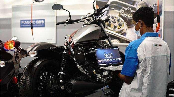 Teknisi di Dealer premium berkonsep Motoplex Piaggio