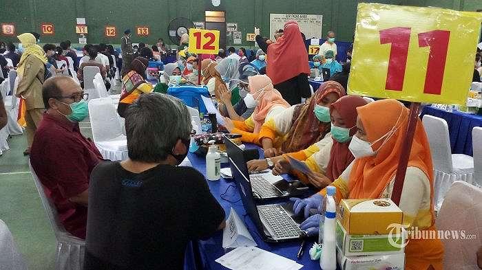 Pemkot Tangerang kembali menggelar penyuntikan vaksin Covid-19 kepada 3000 orang peserta dengan sasaran pedagang pasar, karyawan dan tenan mal yang digelar di 3 lokasi yakni di Pasar Anyar, Pasar Malabar dan Tangcity Mall, Senin (1/3/2021). Pemberian vaksin ini diharapkan selain dapat memberi harapan baru pemulihan ekonomi juga menjadi upaya yang efektif menekan penyebaran Covid-19 di Kota Tangerang. (WARTAKOTA/Nur Ichsan)