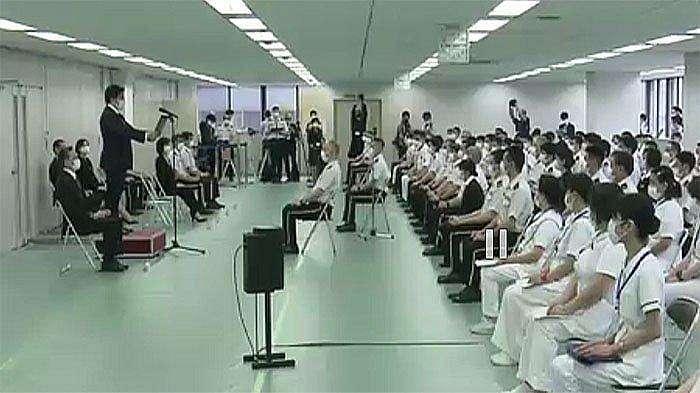 Yasuhide Nakayama, Wakil Menteri Pertahanan memimpin tim medis dimulainya pendaftaran vaksinasi besar-besaran di Jepang dipimpin Kementerian Pertahanan Jepang target 15.000 orang per hari mulai 24 Mei mendatang.