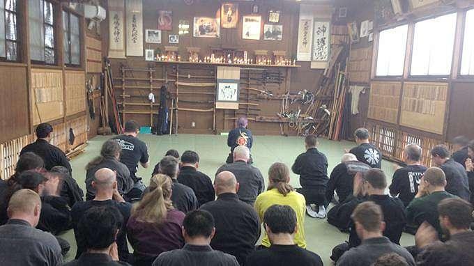 Para murid Grand Master Ninja Jepang, Masaaki Hatsumi (83) memberikan penghormatan pada leluhur terlebih dulu, sebelum memulai latihan Ninjutsu, ilmu dasar menjadi Ninja.