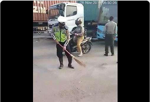 polisi menyapu istimewa