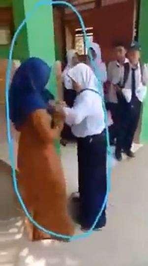 Viral guru dan murid berantem gara-gara HP disita, bikin miris YouTube/ @Video Facebook