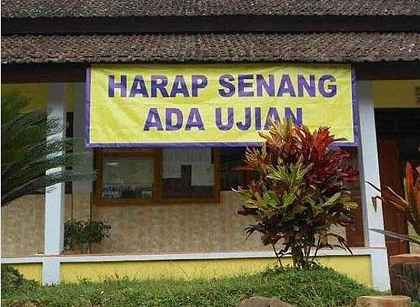 spanduk absurd bikin geleng kepala © 2020 1cak.com