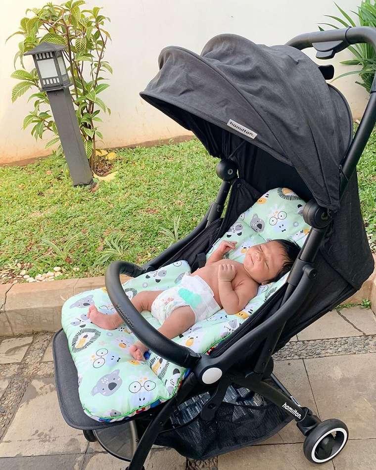 gaya 5 bayi seleb berjemur instagram