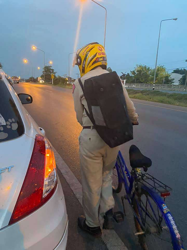Seorang kakek pulang kampung dengan sepeda borakdaily