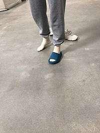 Sandal Yeezy Kanye West Jadi Lelucon Netizen, Disebut Mirip Crocs Juga Hiu