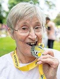 Elizabeth Barber sukses menyelesaikan half marathon