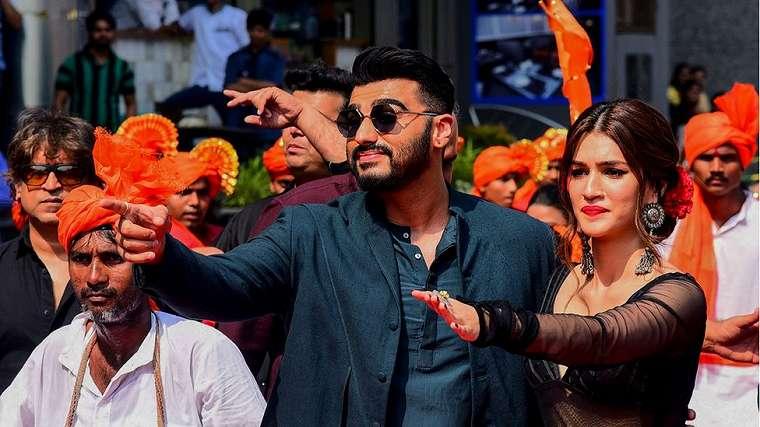 Arjun Kapoor (kiri) dan Kriti Sanon