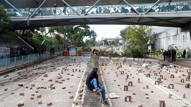 Pengunjuk rasa memasang penghambat jalan di dekat Chinese University of Hong Kong.