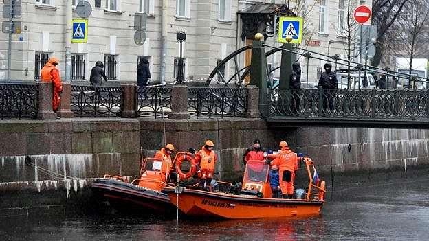 Penyelam polisi sedang melakukan pencari di sungai Moika, St Petersburg.