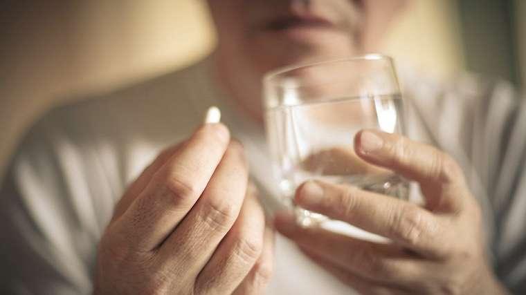 obat pereda sakit dan air segelas