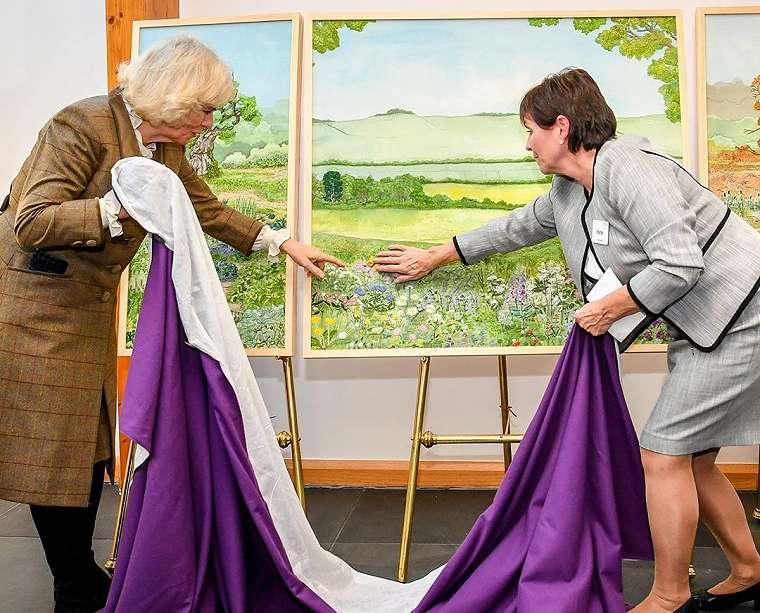 Camilla, Duchess of Cornwall, saat mengunjungi Prospect Hospice House, Senin (20/1/2020).