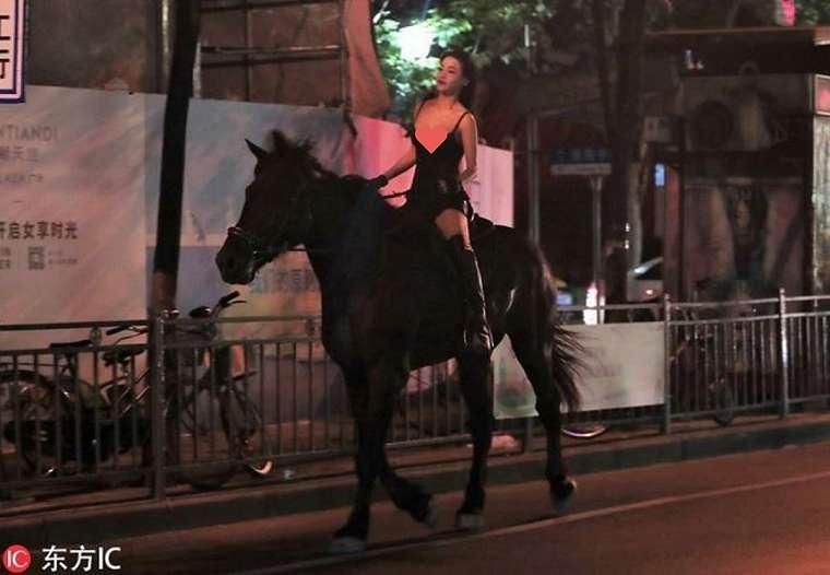 Wanita misterius mengendarai kuda